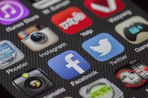 רווקים ורווקות, תודו: אתם עוקבים אחר בני הזוג הפוטנציאליים שלכם ברחבי הרשת